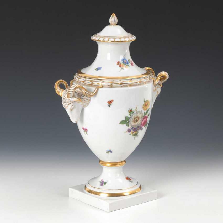 Lidded vase with floral decor, Fürstenberg - photo 2