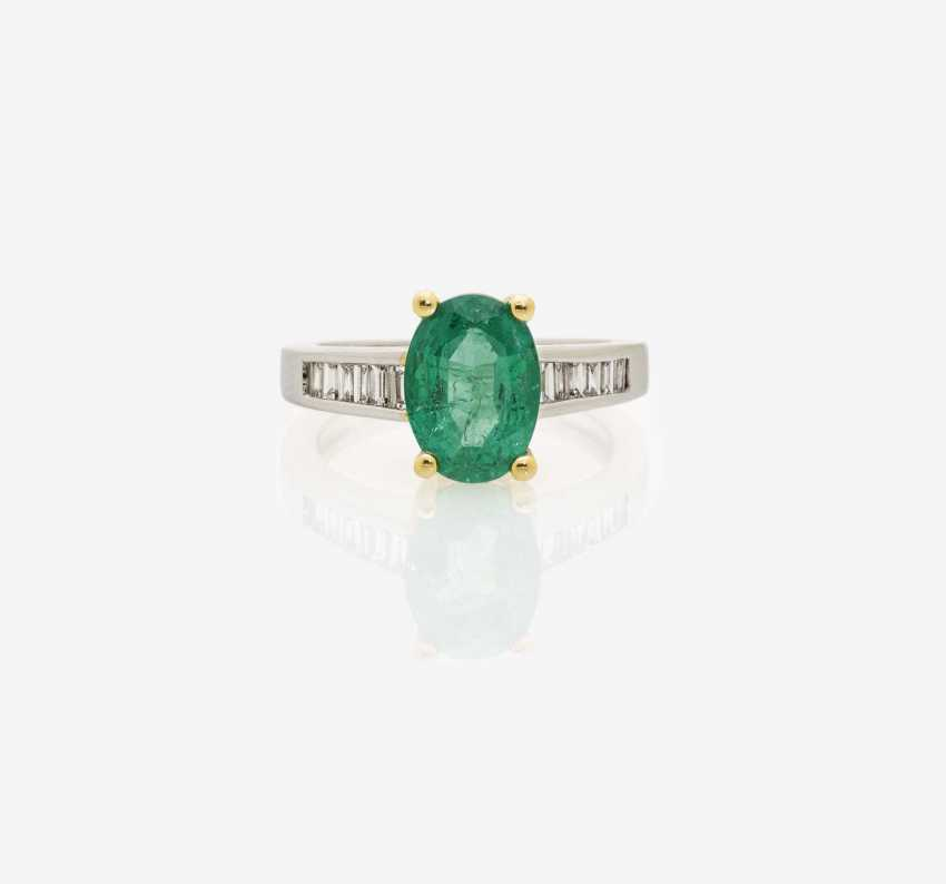 ALLIANCE RING DECORATED WITH AN EMERALD AND DIAMONDS . England, 1990-2000s - photo 1