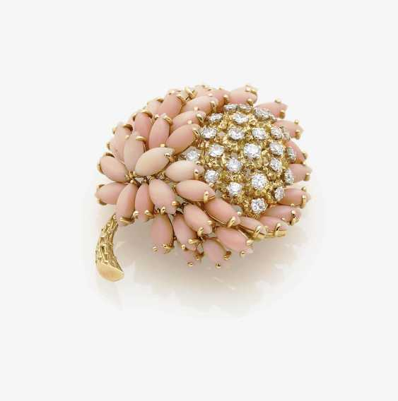 BROOCH IN THE FORM OF A CHRYSANTHEMUM WITH ANGEL SKIN CORAL AND BRILLIANTS . Argentina, 1960s - photo 1