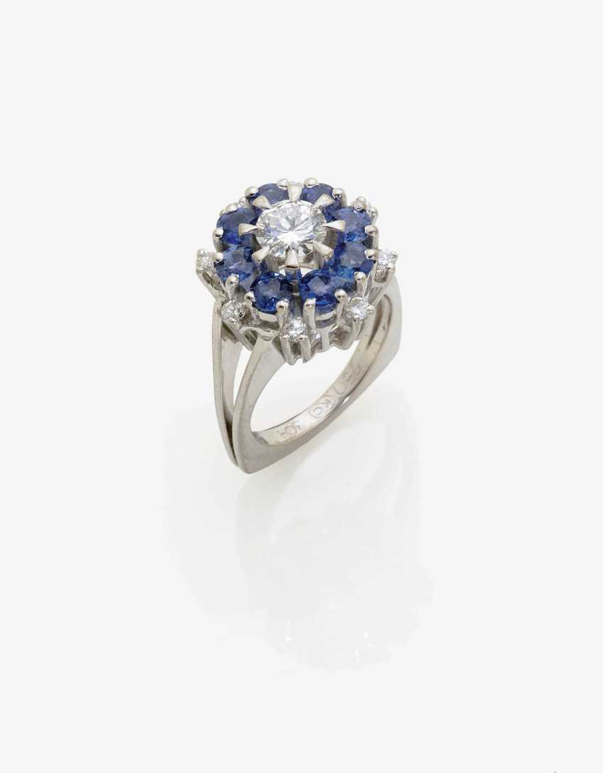 ENTOURAGE RING WITH BRILLIANT-CUT DIAMONDS AND SAPPHIRES . Germany, 1970s - photo 2