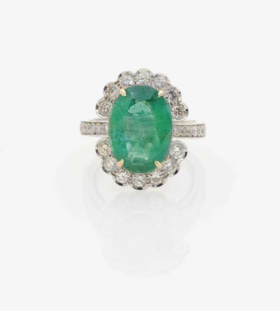 RING WITH EMERALD AND DIAMONDS. - photo 1