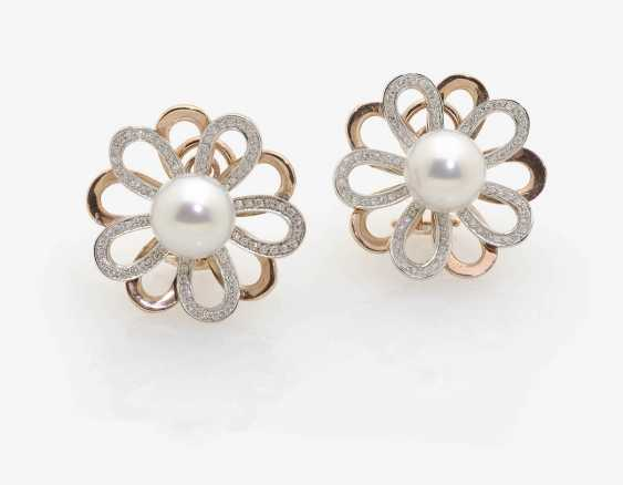 A PAIR OF FLOWER SHAPED CLIP-ON EARRINGS WITH SOUTH SEA CULTURED PEARLS AND DIAMONDS . Italy, 1960s - photo 1