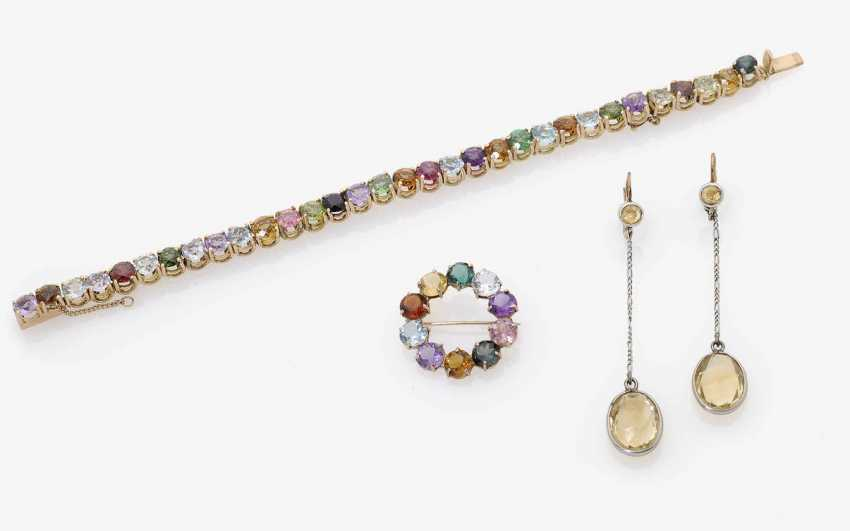 BRACELET, BROOCH AND A PAIR OF DROP EARRINGS WITH COLORED STONES . 1970-1980s - photo 1