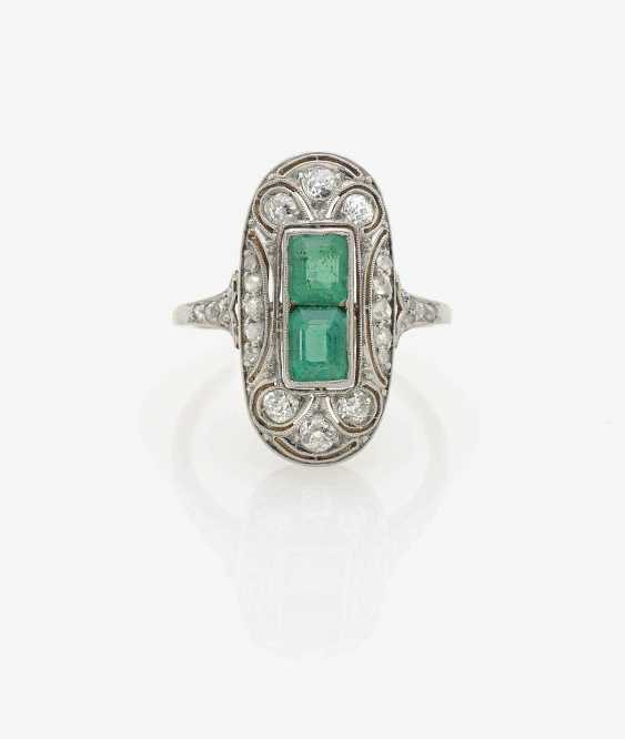 HISTORICAL FINGER RING DECORATED WITH EMERALDS AND DIAMONDS . USA, Art Deco, 1925 - photo 1