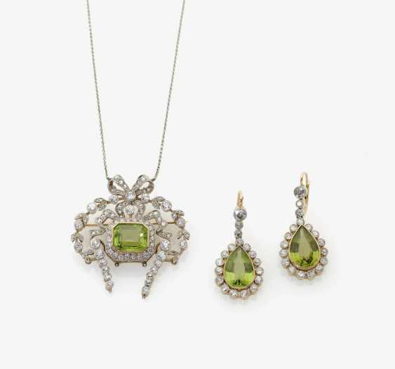 NECKLACE AND A PAIR OF DROP EARRINGS WITH PERIDOTEN AND DIAMONDS . Germany, around 1890 - photo 1
