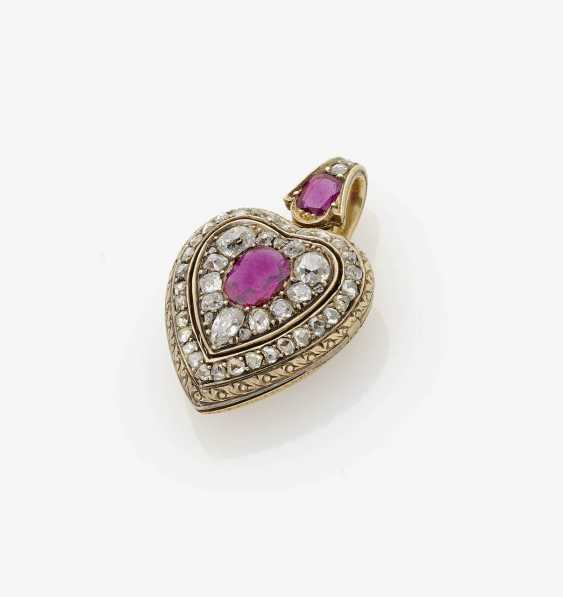 HEART-SHAPED LOCKET WITH RUBIES AND DIAMONDS . Probably France, around 1870 - photo 1
