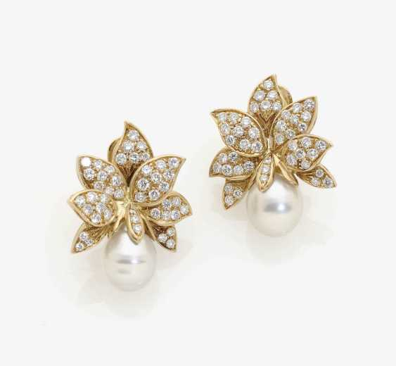 A PAIR OF FLORAL-COCKTAIL-CLIP-ON EARRINGS DECORATED WITH SOUTH SEA CULTURED PEARLS AND DIAMONDS . USA, 1980s-1990s - photo 1