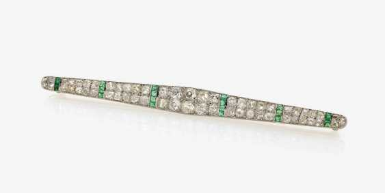 HISTORICAL ROD NEEDLE DECORATED WITH DIAMONDS AND EMERALDS . England, Art Deco, circa 1925 - photo 2