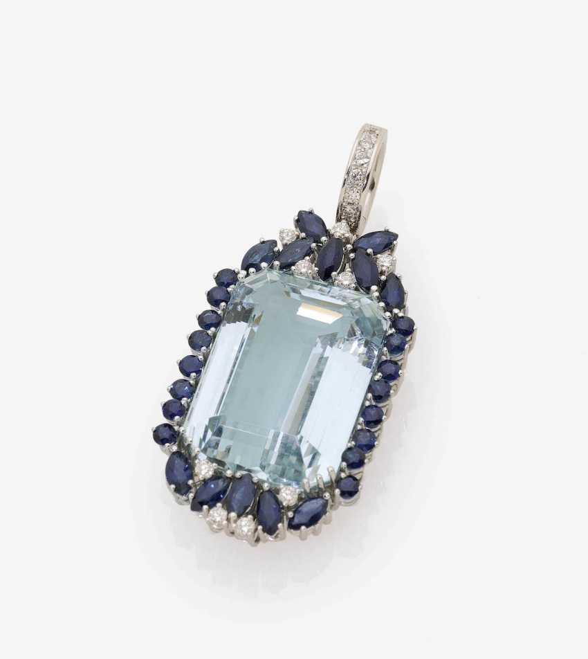 TRAILER CLIP IS EMBELLISHED WITH AN AQUAMARINE, SAPPHIRES AND DIAMONDS . Germany, Idar-Oberstein, 1970s - photo 1