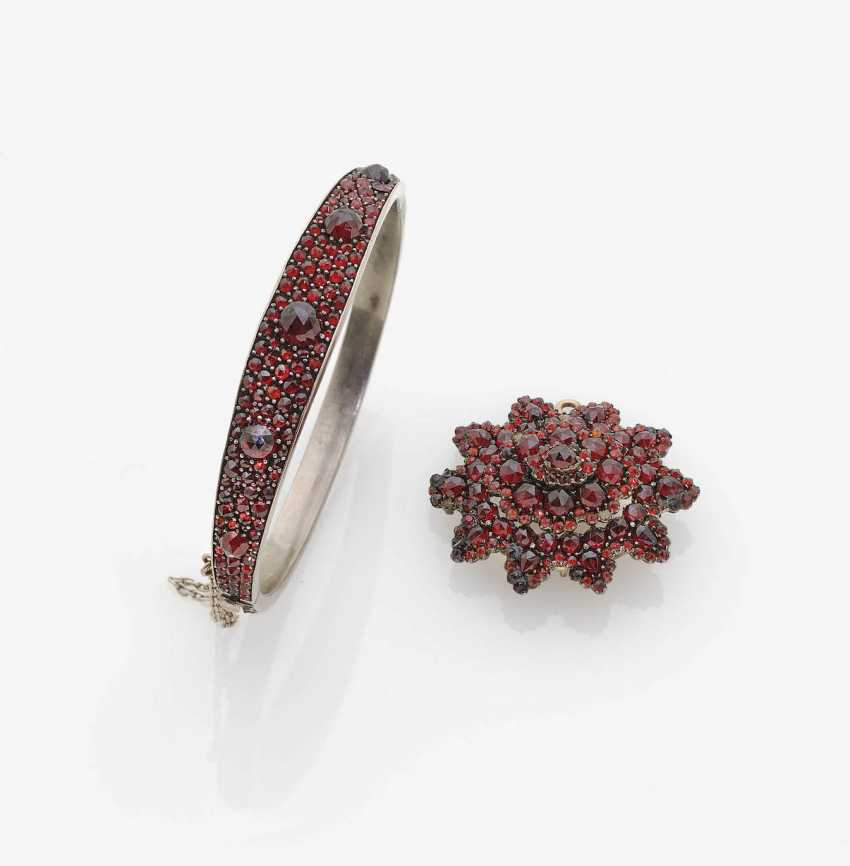 GARNET PENDANT AND GARNET BANGLE BRACELET . Bohemia, around 1870-1880 - photo 1