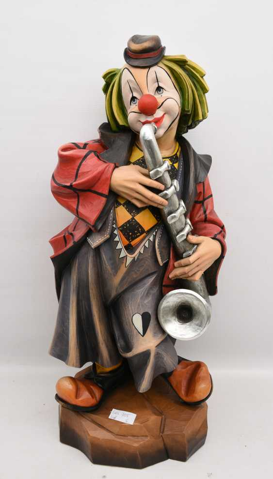 CLOWN WITH SAXOPHONE, beschnitztes and polychrome painted wood, in the Allgäu at the end of 20. Century - photo 1