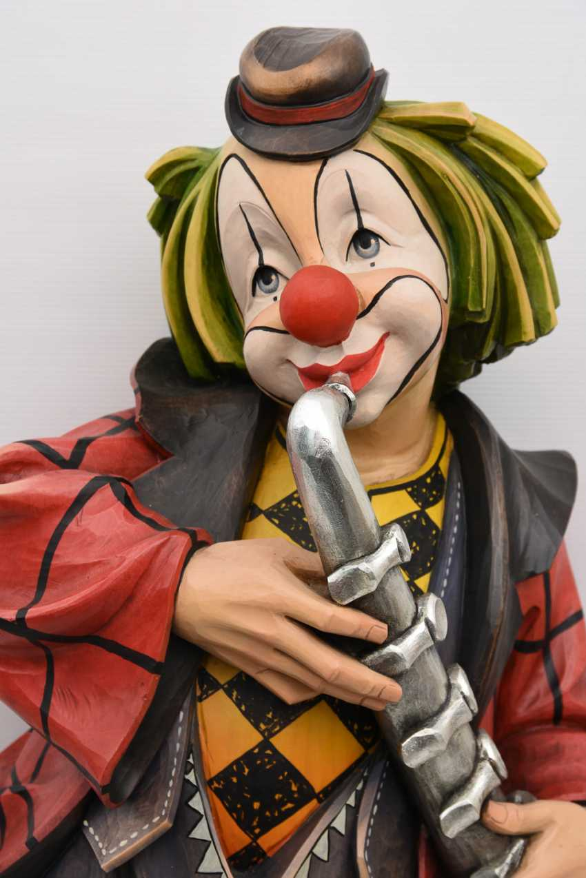 CLOWN WITH SAXOPHONE, beschnitztes and polychrome painted wood, in the Allgäu at the end of 20. Century - photo 2