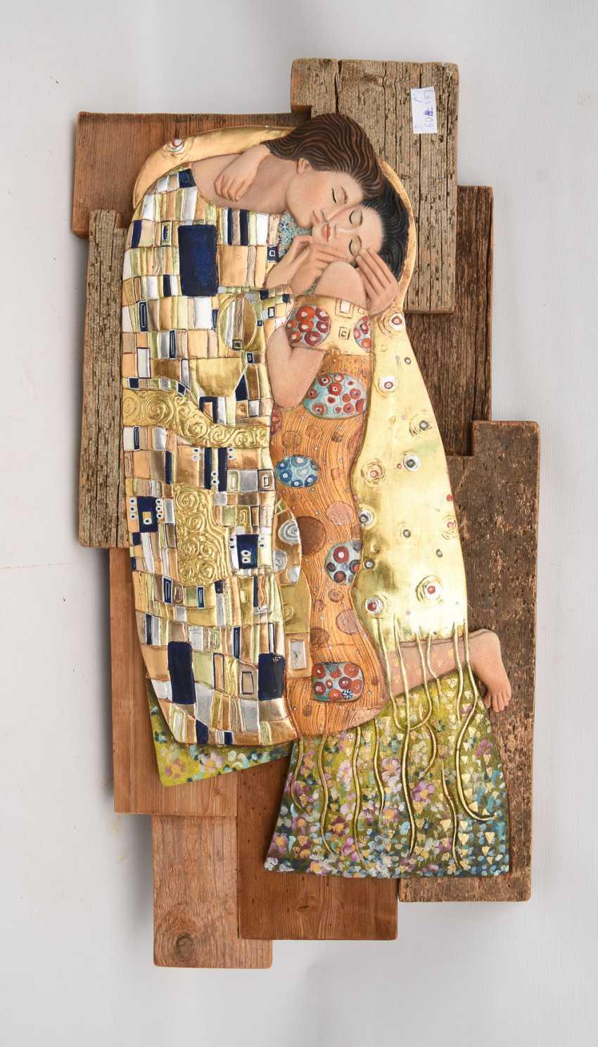 """THE KISS"", painted wood relief, Allgäu 20. Century - photo 1"