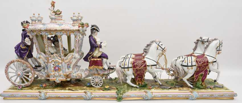 VOLKSTEDT porcelain manufactory: magnificent coach, painted glazed gold staffiertes porcelain, 2. Half of the 20. Century - photo 1