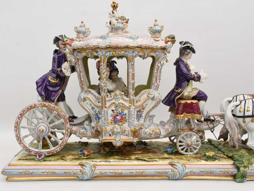 VOLKSTEDT porcelain manufactory: magnificent coach, painted glazed gold staffiertes porcelain, 2. Half of the 20. Century - photo 2
