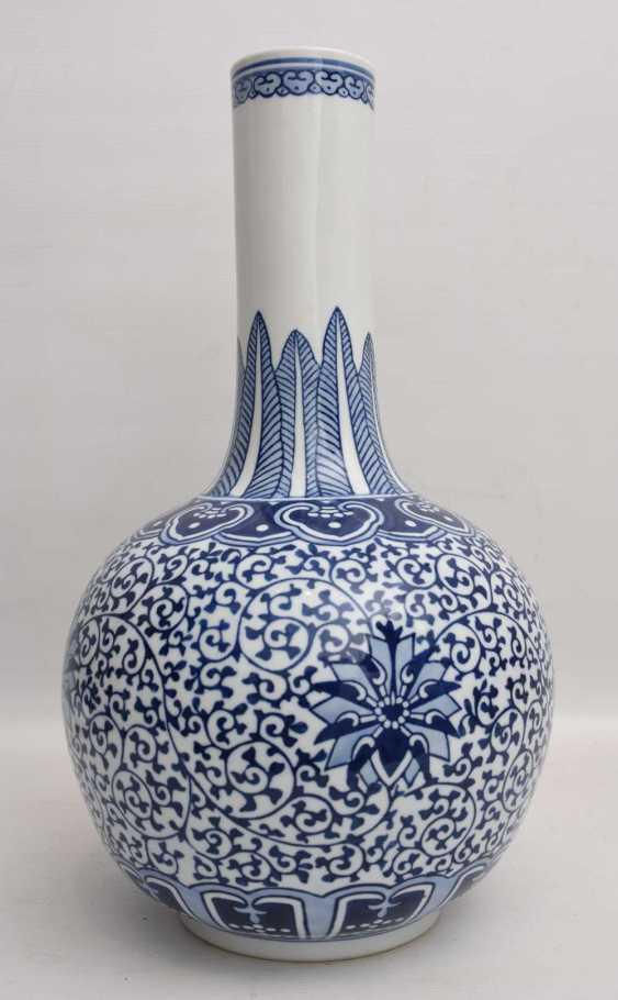 CHINESE VASE, blue ornamentiertes glazed porcelain, marked, China 1. Half of the 20. Century - photo 1