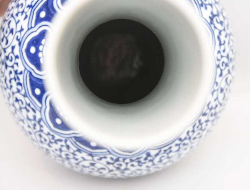 CHINESE VASE, blue ornamentiertes glazed porcelain, marked, China 1. Half of the 20. Century - photo 2
