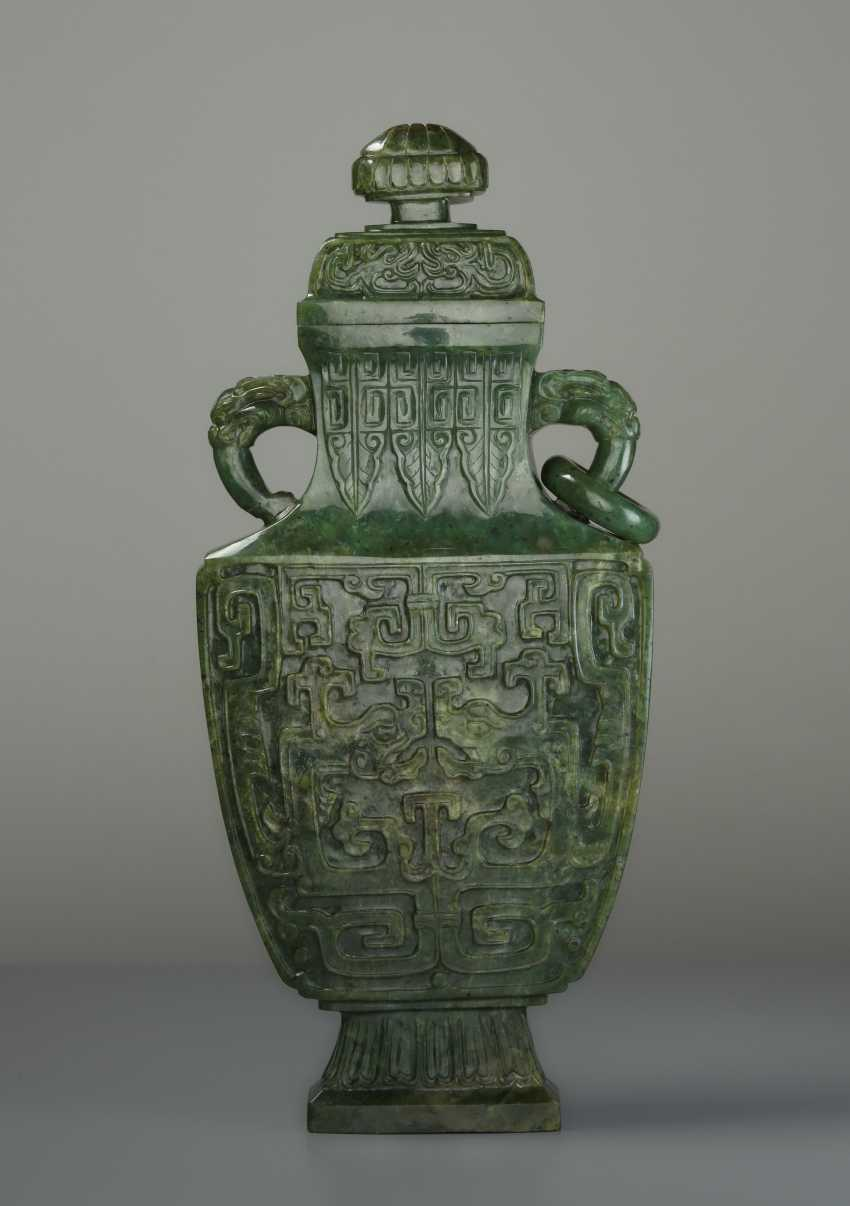 ELEGANT LIDDED VASE WITH DRAGONS