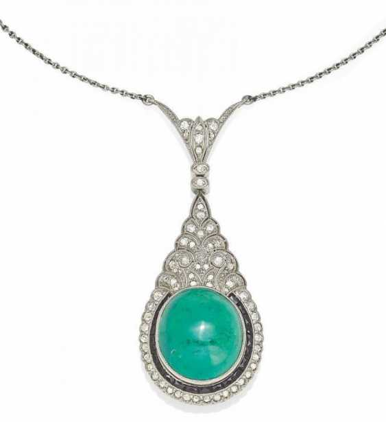 EMERALD AND DIAMOND PENDANT NECKLACE. England, around 1900.
