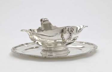 Gravy boat with a fixed set of
