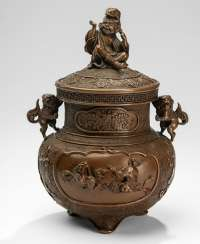 Fine Koro, made of Bronze with decoration of Shishi, lid knob in the shape of Gama Sennin with a toad