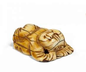 Toggle as a Netsuke used: together gekauertes small child