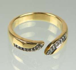 Ring with white sapphires in yellow gold 375