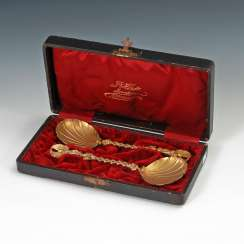 2 silver spoons, gold plated in box.