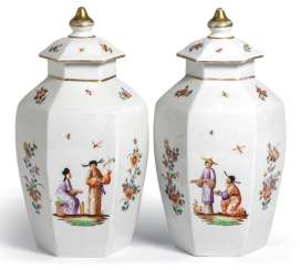 Pair of cover vases with chinoiserie decoration. probably Samson, Paris, end of 19th century. Century