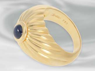 Ring: decorative high quality yellow gold ring with sapphire cabochon, 18K Gold, signed Cartier