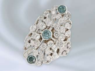 Ring: extremely attractive wrought gold ring with brilliant trim and blue diamonds, approx. 2,28 ct, 18K white gold