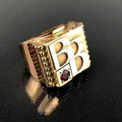 Opulent Ring with ruby. Yellow gold 585.