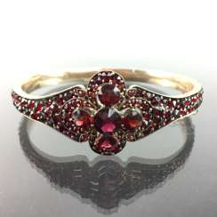 Unusual art Nouveau bangle: Gold Doublée, side flower-Form, a total of 20 carats of garnets, five very Large.