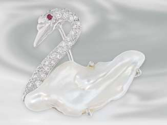 Brooch/needle: wonderful goldsmith's work, the motif of the Swan, studded with fine diamonds and unusual, large, Baroque pearl
