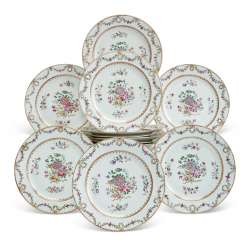 A SET OF TWELVE CHINESE EXPORT FAMILLE ROSE PLATES