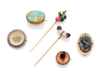 THREE JEWELLED GOLD BROOCHES AND TWO JEWELLED AND ENAMEL GOLD HAT PINS