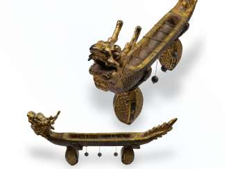 Desk clock: an extremely rare Chinese Räucherwerkuhr in the Form of a dragon boat, China around 1800
