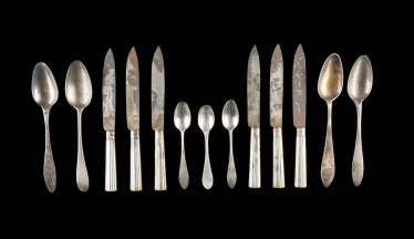 COLLECTION OF SIX KNIVES AND SEVEN SPOONS