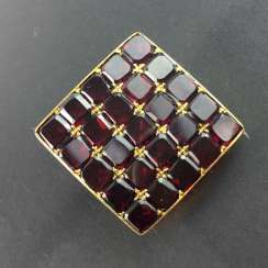 Simple and elegant garnet brooch: Gold Doublée, curved shape, around 1920.