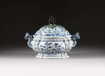 LARGE LID SOUP TUREEN WITH BLUE AND WHITE DECOR