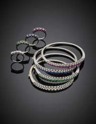 White gold diamond ruby sapphire and emerald lot comprising four bangles diam. cm 5.50 circa and four rings size 13/53