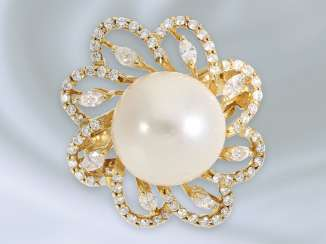 Ring: fancy and decorative carved flowers ring with a large cultured pearl and diamonds/diamonds, 18K Gold
