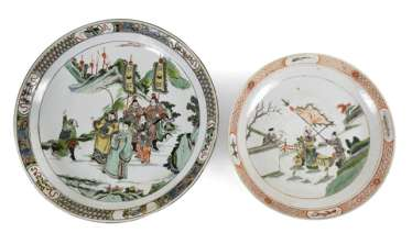 Two porcelain plates with paintings of Roman scenes in the colors of the Famille verte and rose