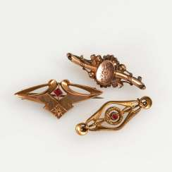 3 brooches from around 1900.