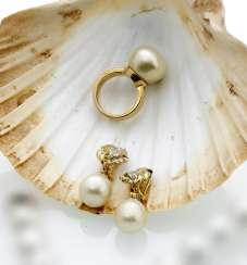 Pair of ear clips and Ring, with South sea pearls
