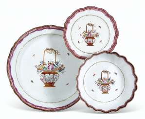 A MEXICAN MARKET FAMILLE ROSE PLATTER, BOWL AND PLATE