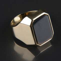 Solid and classic men's ring with stone, yellow gold 585