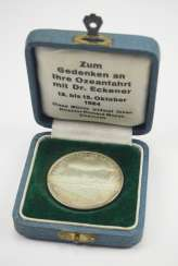 Zepplin: silver medal, on the ocean journey with Dr. Eckener in 1924, in a case.