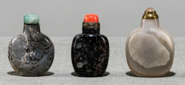 Three Snuffbottles made of agate, one with inscription and figuralem Relief