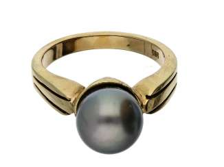 Ring: very massive wrought gold ring with a fine Tahitian pearl